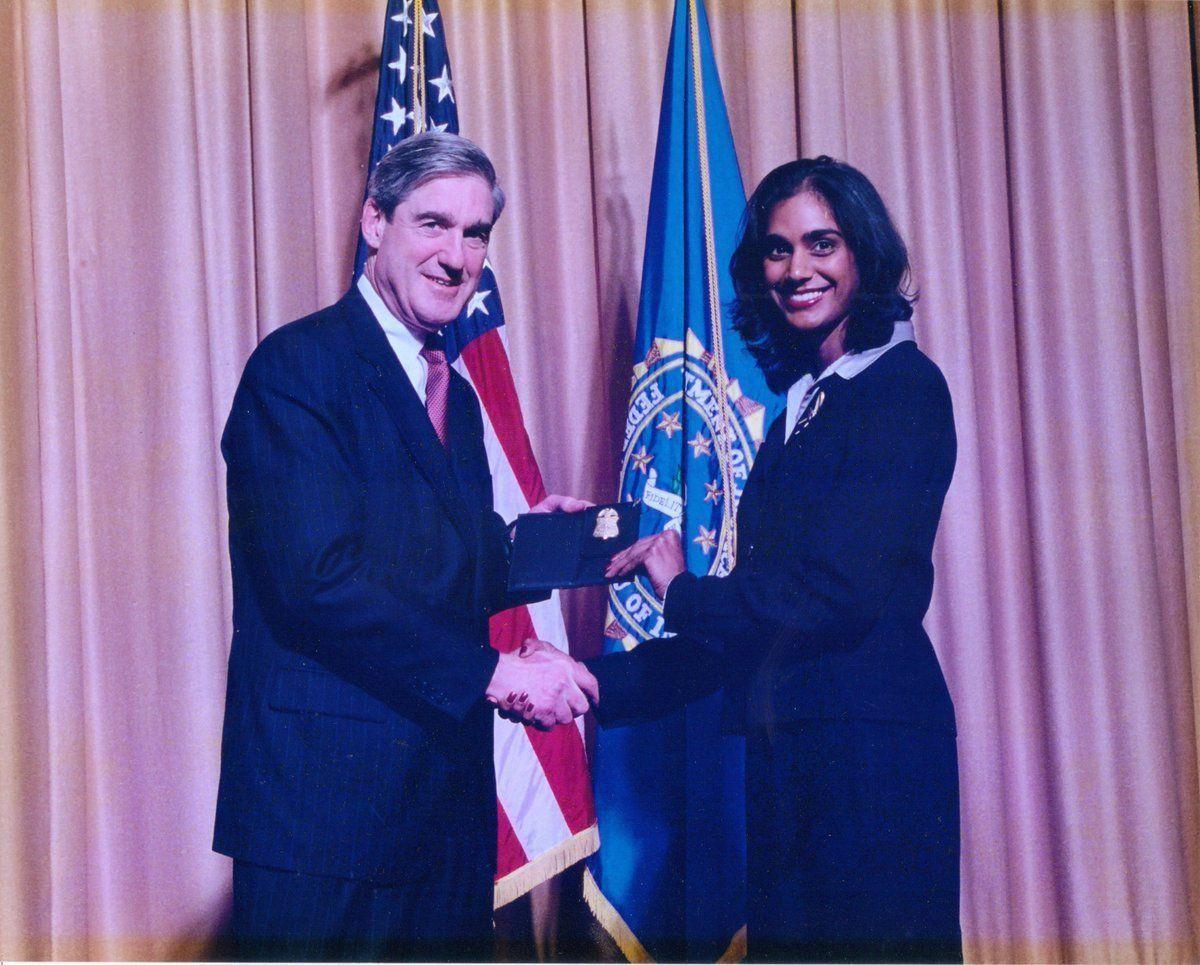FBI-AGENT: Asha Rangappa sammen med daværende FBI-direktør Robert Mueller i Quantico i 2001 da hun fikk beviset på at hun ble spesialagent. Nå leder Mueller Russland-etterforskningen.