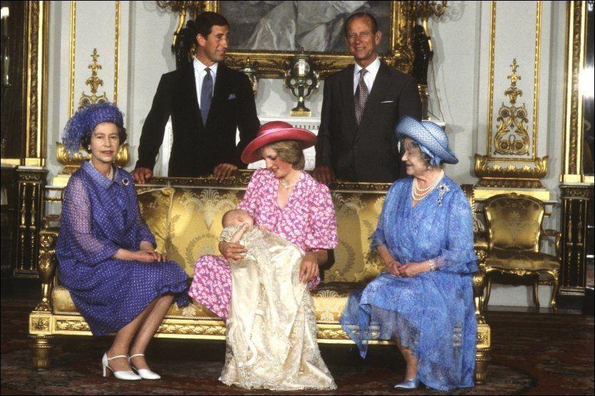 1c7d8b37 DØPT I ORIGINALEN: Prins William hadde på seg den opprinnelige dåpskjolen  under sin dåp i august 1982. Her ligger han på fanget til sin mor prinsesse  Diana ...
