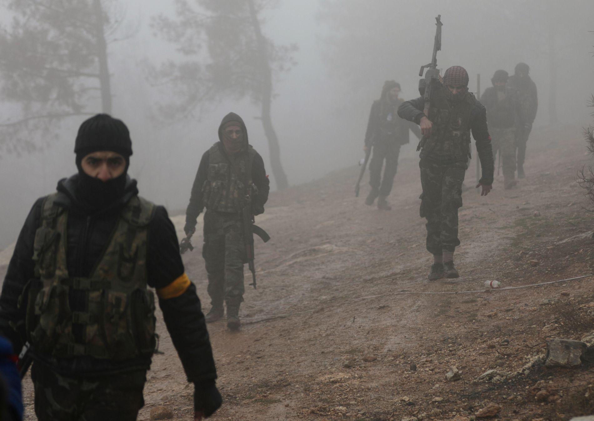 KAMP I TÅKE: Tyrkisk-støttede syriske opprørere i Den frie syriske hær nær Barsaya-fjellet tirsdag denne uken.