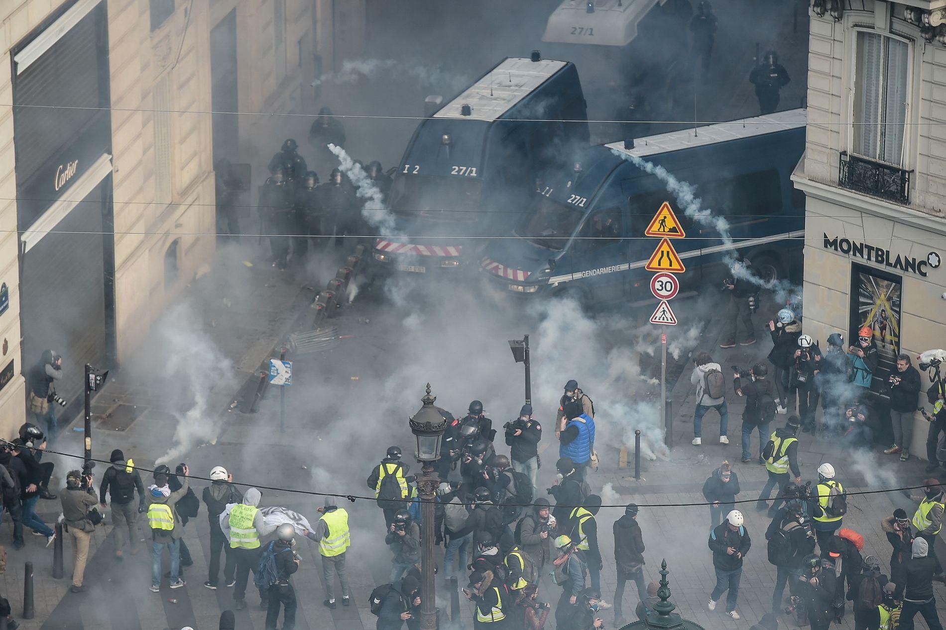 SAMMENSTØT: Opprørspoliti og demonstranter barket sammen i gatene i den franske hovedstaden.