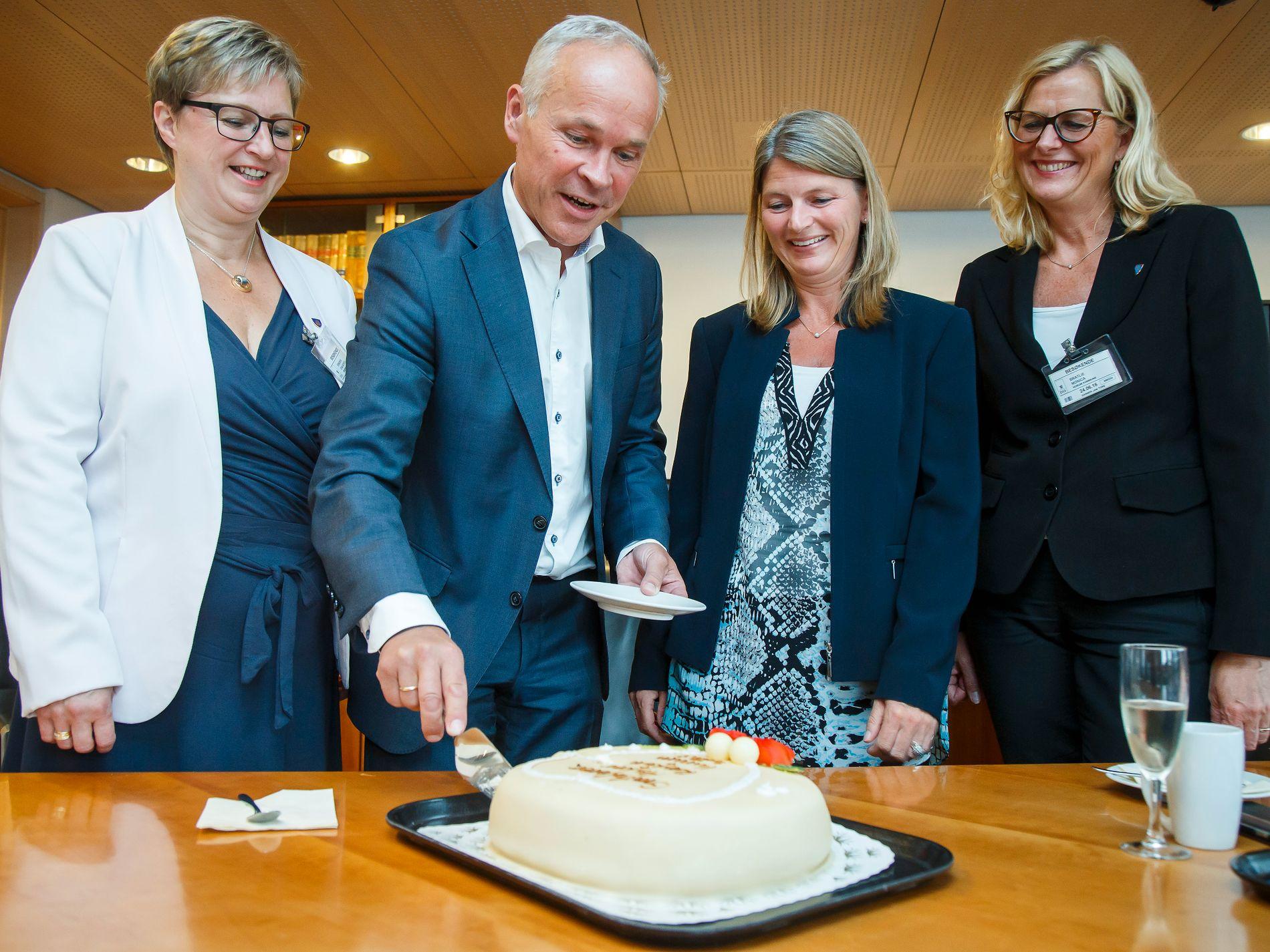 KAKE: Kommunal- og moderniseringsminister Jan Tore Sanner serverer kake til ordførerne Eva Noren Eriksen fra Røyken (tv), Lene Conradi fra Asker og Monica Vee Bratlie fra Hurum (th) i anledning av at de tre kommunene vedtok å slå seg sammen.