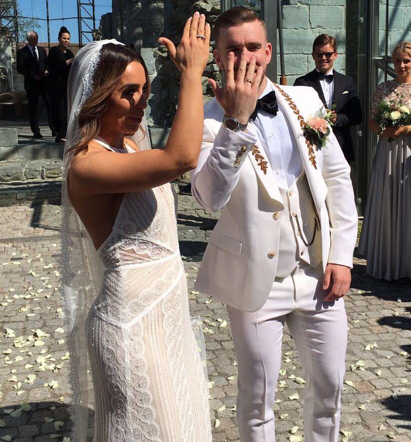 BEVISET: Stian Blipp viser frem gifteringen.