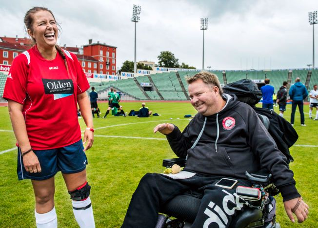 LIKE BLID: Dagfinn Enerly på Bislett som trener for eget lag i lørdagens NISO-turnering. Her i samtale med en av spillerne - hans egen kone Mona - og stemningen er åpenbart på topp.