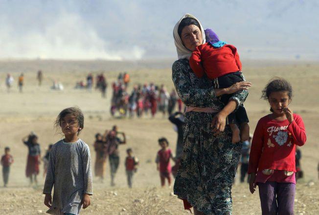 PÅ FLUKT: Her flykter mennesker av yezidi-folket fra styrker som er lojale til terrororganisasjonen IS i august i fjor. Bildet er tatt i nærheten av Sinjar-fjellet i Irak.