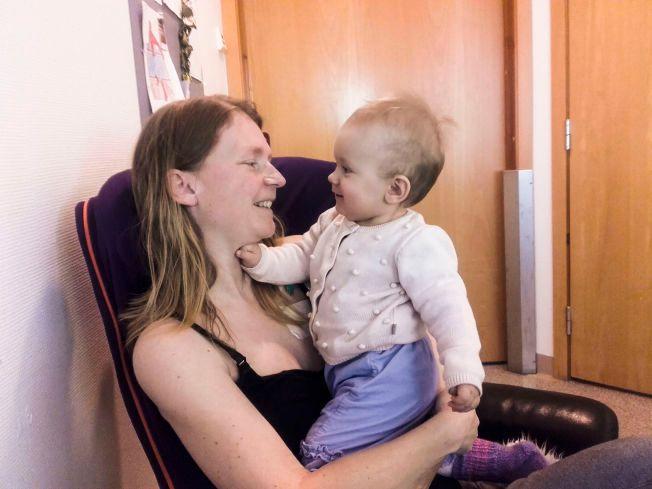 TRØST: Monika Tjåland og et av hennes barn.