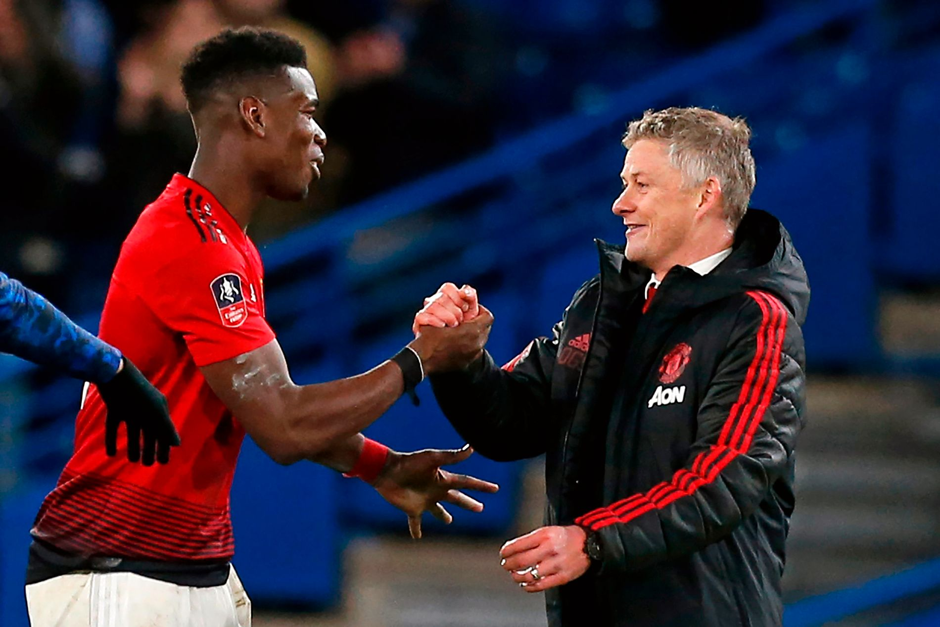 TAKK, PAUL! Paul Pogba hadde en målgivende og ett mål da United slo Chelsea 2–0 på bortebane. Her takkes han av Ole Gunnar Solskjær.