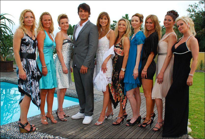 PÅ FRIERFOT: Her er Jørgen Festervoll (30) med de ni damene i 40-årsalderen som skal kjempe om hans gunst i Sør-Afrika. Foto: TVNorge