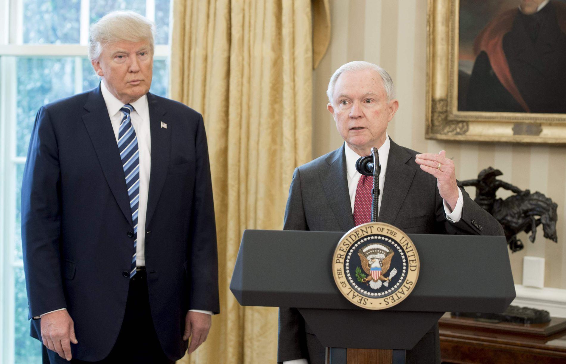 TIDLIGERE NÆRE STØTTESPILLERE: Donald Trump og Jeff Sessions i februar 2017. Foto: SAUL LOEB / AFP