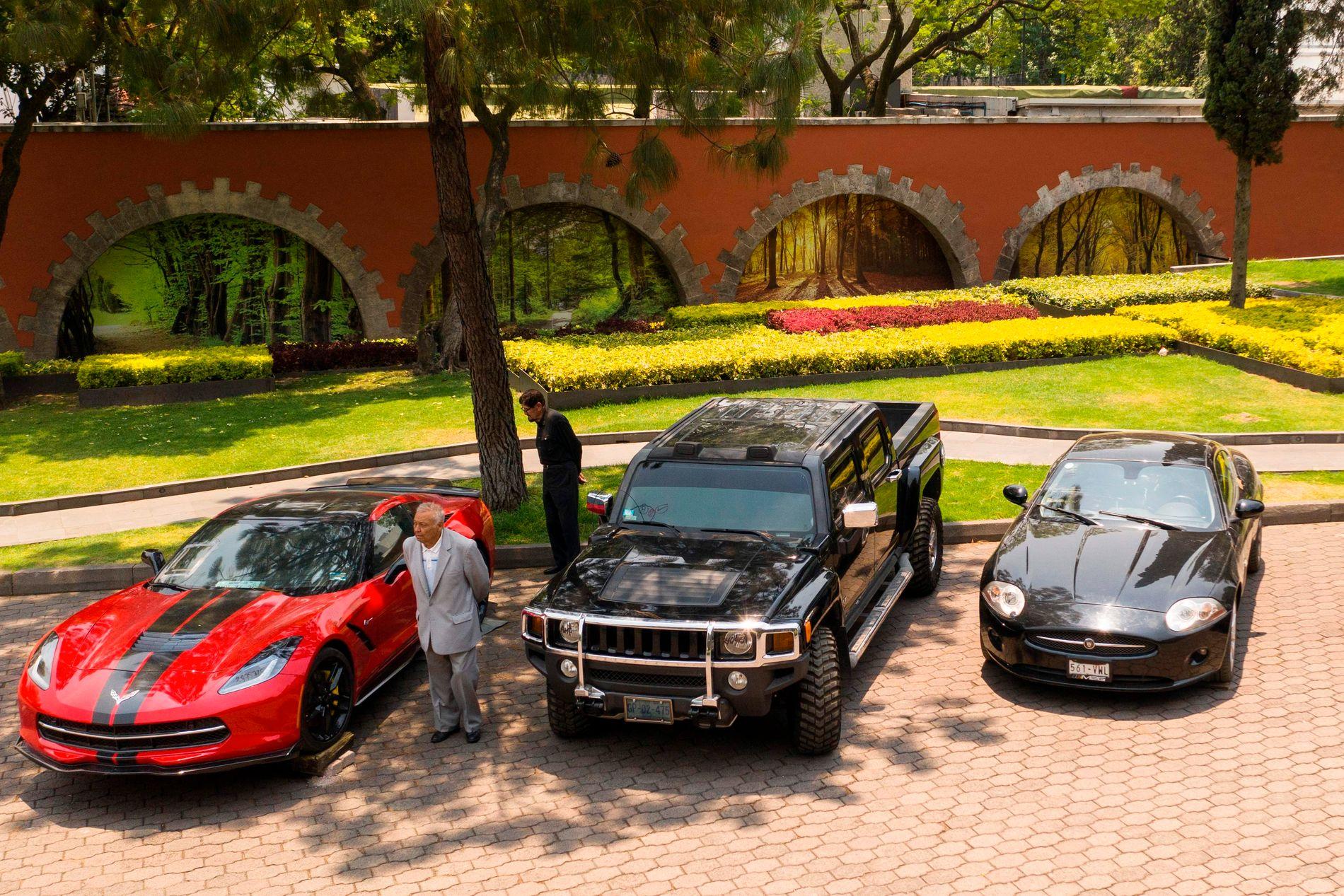 FØRSTE, ANDRE, TREDJE: Søndag 26. mai skal disse bilene selges til høystbydende. Her står de oppstilt ved en tidligere presidentresidens i Mexico City.