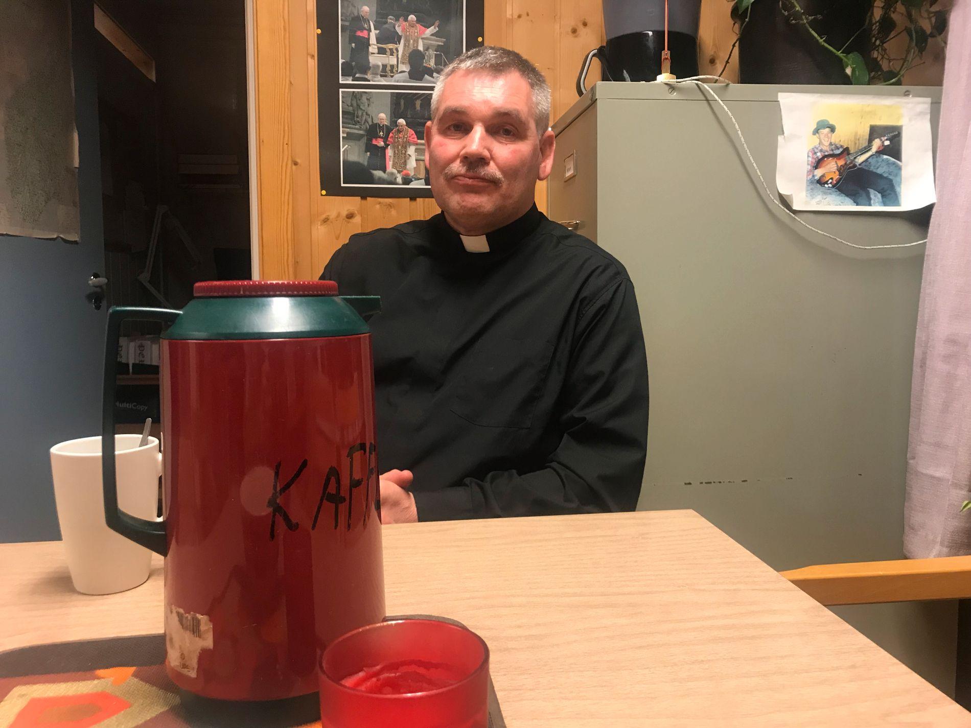 KONTAKT: Sogneprest Terje Elvestad forteller at mange har søkt til kirken i sorgen.