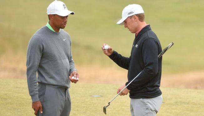 GAMMEL OG NY: Tiger Woods (t.v.) og Jordan Spieth fotografert sammen på Chambers Bay. Spieth kan i vår komme til å slå Woods' rekord i antall PGA-titler før fylte 23 år.