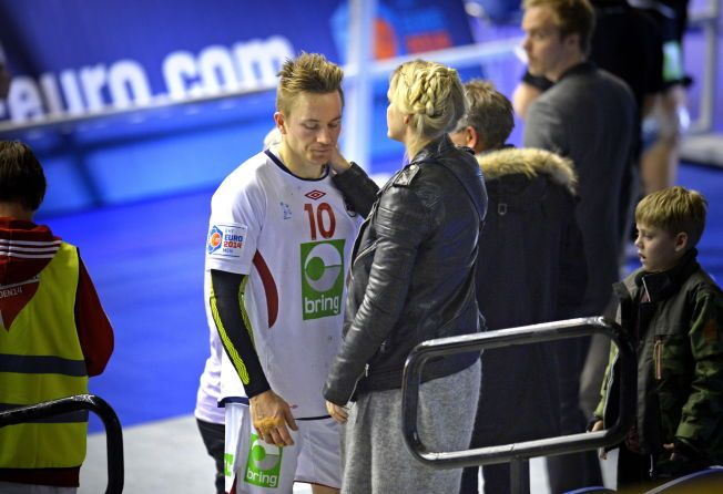 FERDIG: Håvard Tvedten, her sammen med kona Guro Fostervold Tvedten etter 26-26-kampen mot Ungarn i EM i januar, har spilt sin siste kamp for det norske landslaget.