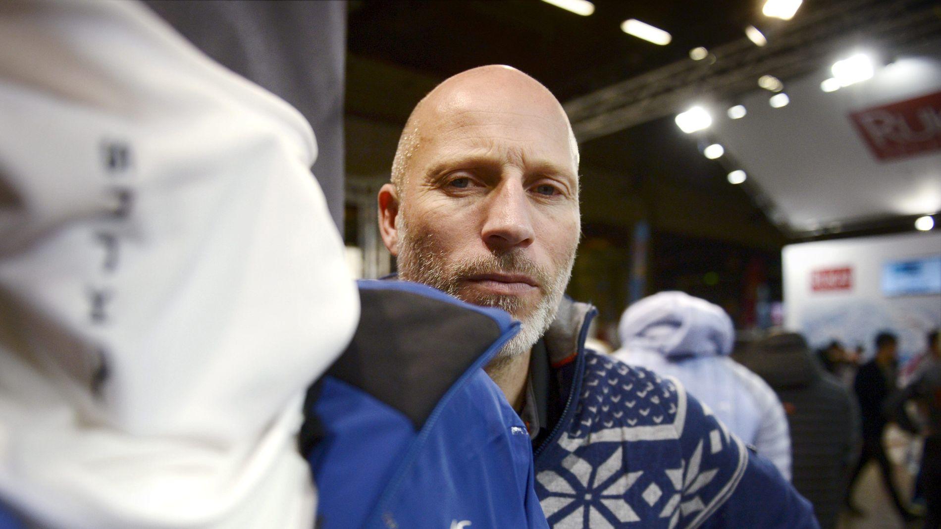 KJUS SOLGT TIL AMERIKANSK GIGANT: Her poserer den tidligere alpinstjernen Lasse Kjus foran et produkt fra merket hans, Kjus.