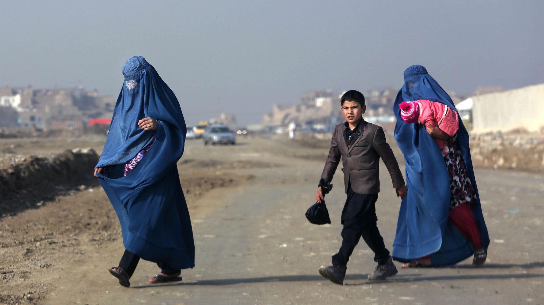 GATEBILDE FRA KABUL: To afghanske kvinner og en ung gutt spaserer i hovedstaden.
