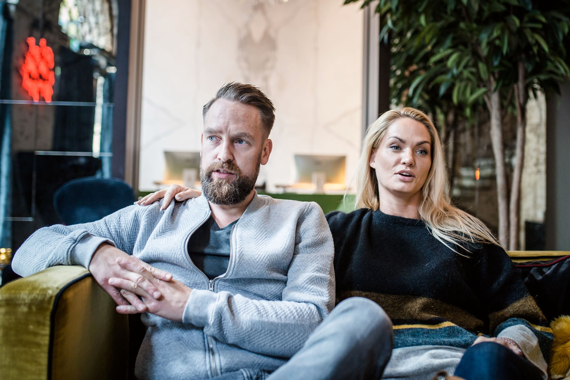 SA UNNSKYLD: Ørjan Burøe ba om unnskyldning for oppførselen sin i sin egen podkast mandag. Men Sigrid Bonde Tusvik og Lisa Tønne gir seg ikke. Her er han avbildet sammen med kona Marna Haugen.