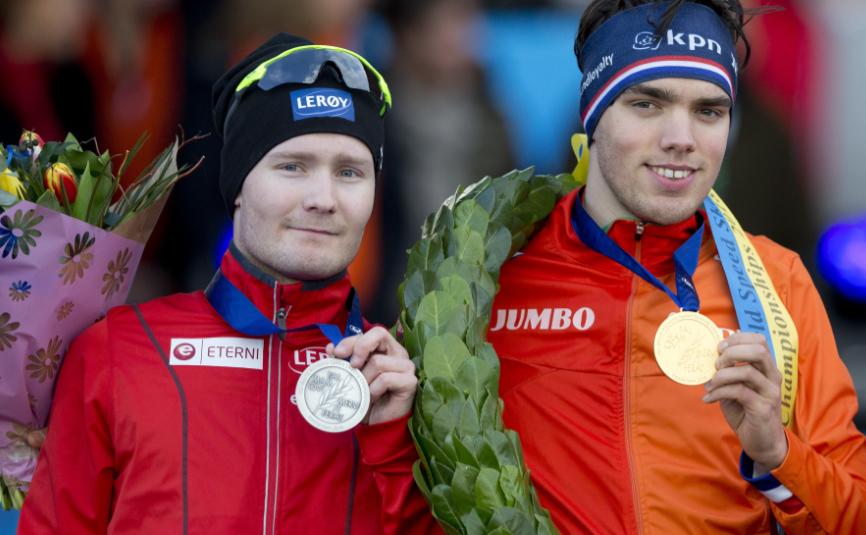 TOPPFORM-BITTER: Sverre Lunde Pedersen slo Sven Kramer på 5000-meteren i allround-VM i fjor, men måtte overlate toppen av sammenlagtpallen til nederlandske Patrick Roest (t.h) etter sitt fall på 10.000-meteren.