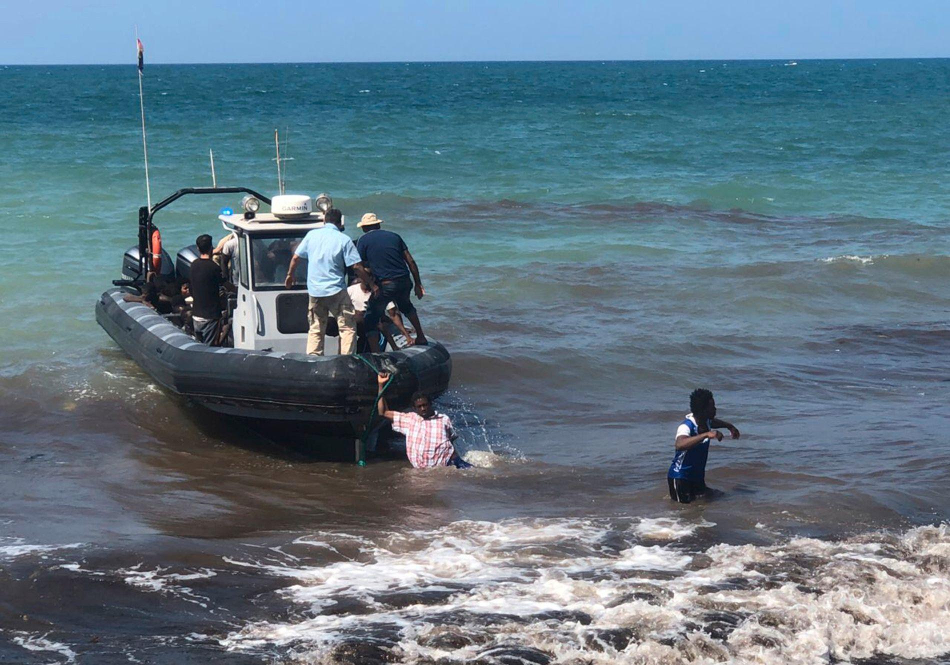 Libyas kystvakt sier de reddet rundt 80 afrikanske migranter etter at gummibåten de satt i forliste onsdag. 50 skal ha druknet. Foto: Libyan Coast Guard / AP / NTB scanpix