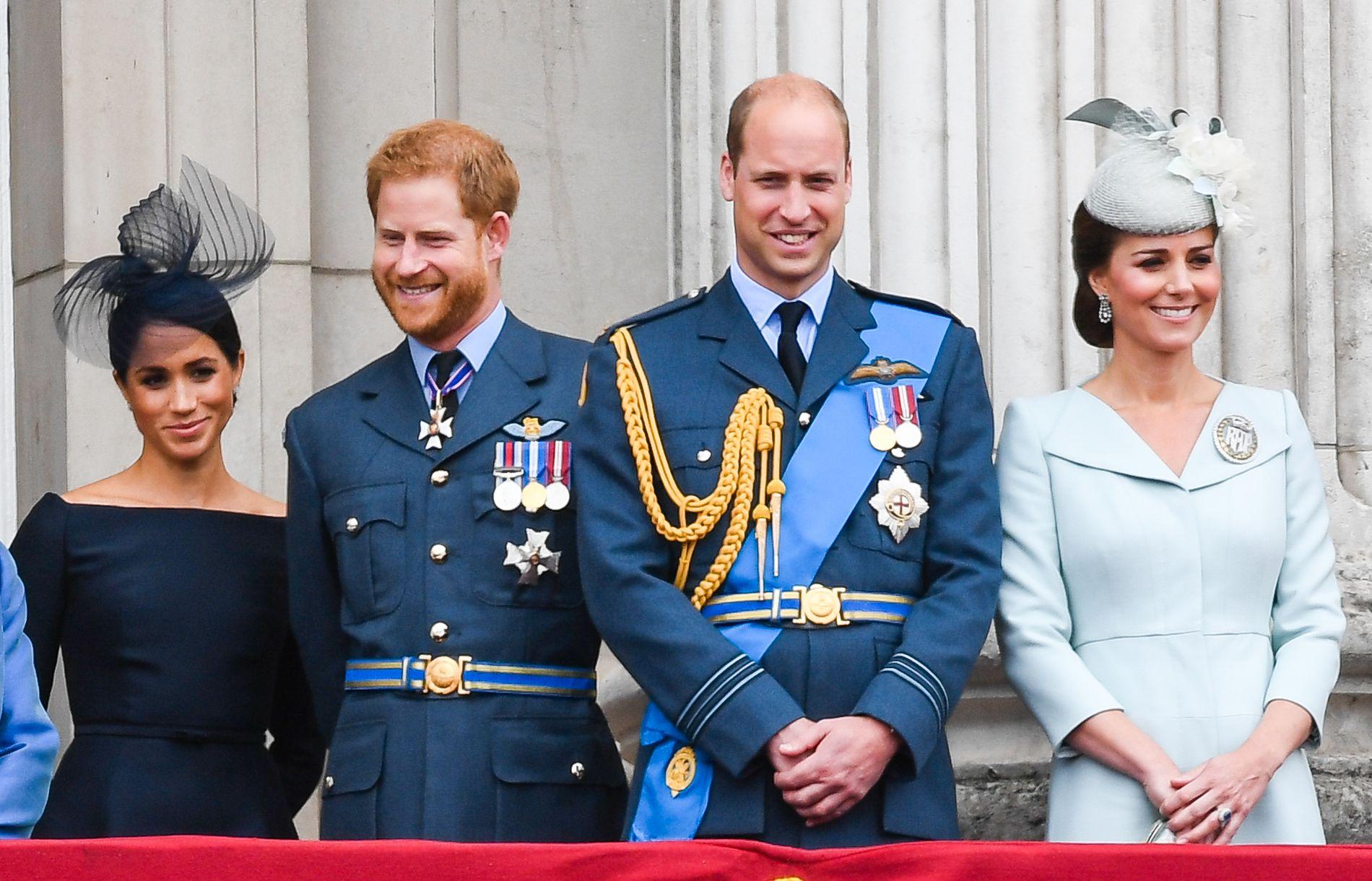 HERTUGPAR: F.v. Hertuginne Meghan, prins Harry, prins William og hertuginne Kate på balkongen til Buckingham Palace i fjor.