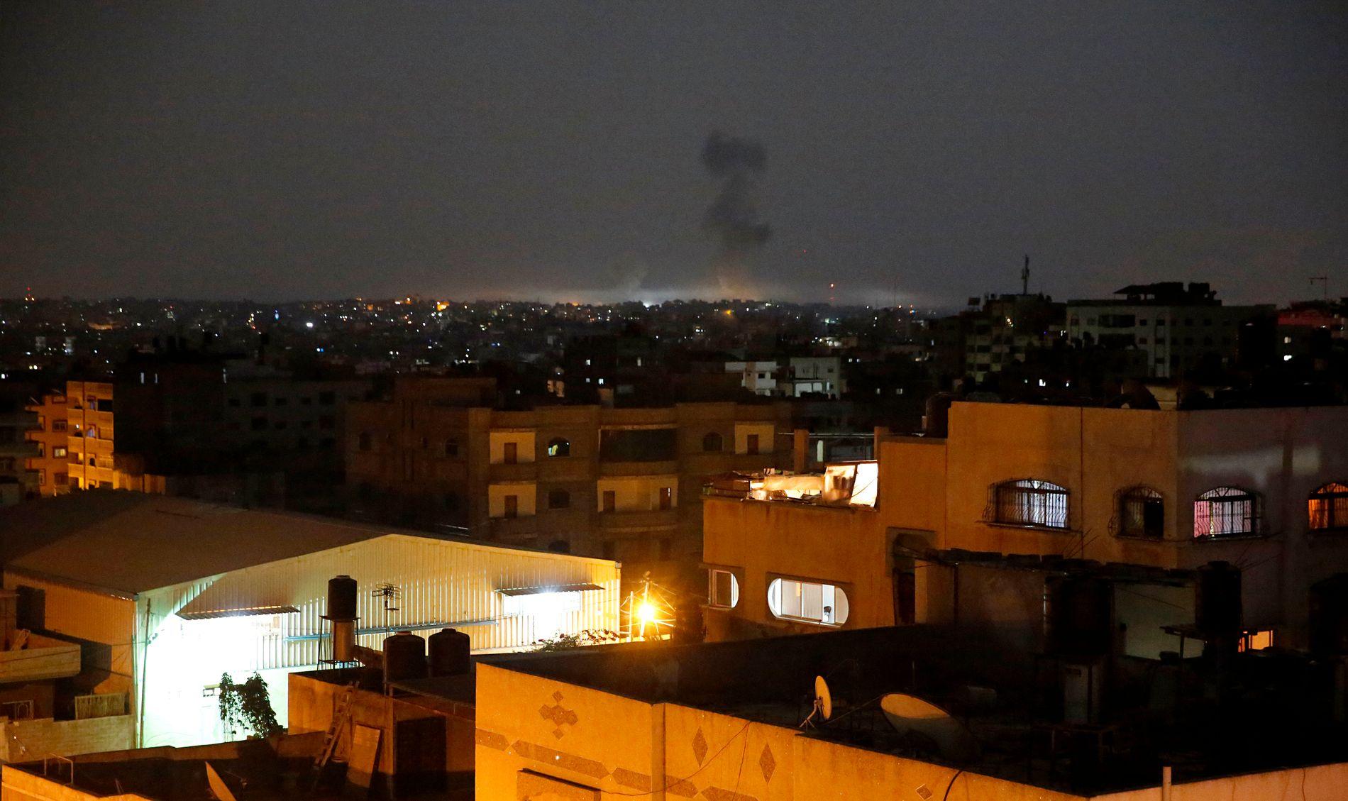 Røyk stiger opp fra Gaza by tidlig onsdag morgen etter et israelsk luftangrep.