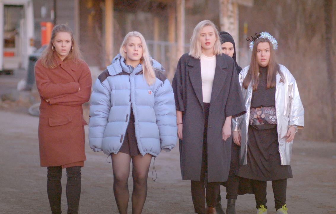 RULLING: Eva, Vilde, Noora, Sana og Chris på russebuss-rulling i de tidligere sesongene av «Skam».