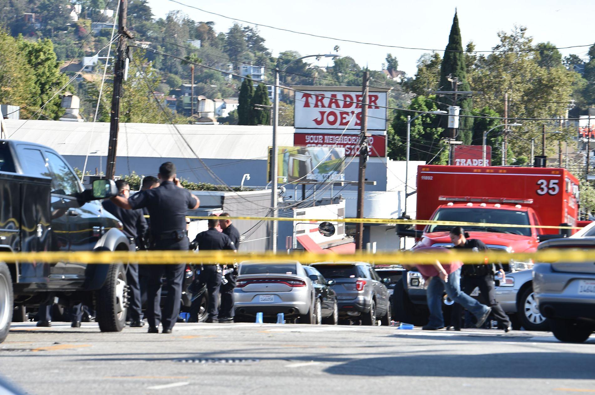 SPERRET AV: Ifølge CNN var 18 ambulanser og over 100 brannbetjenter på plass utenfor supermarkedet i Silverlake-området.
