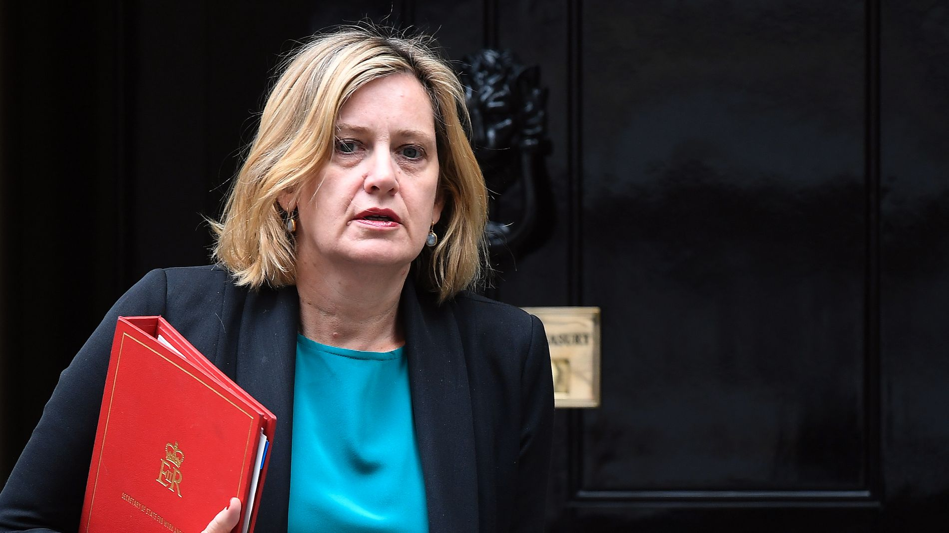 PÅ VEI UT: Arbeid- og likestillingsminister Rudd avbildet på vei ut av Downing Street 10 etter et kabinettmøte.
