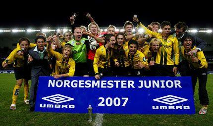JUBEL: Juniorlaget til Start ble Norges-mestere i fotball med seier 2-1 over Vålerenga i NM-finalen på Sør Arena i Kristiansand søndag ettermiddag. Foto: Tor Erik Schrøder / SCANPIX