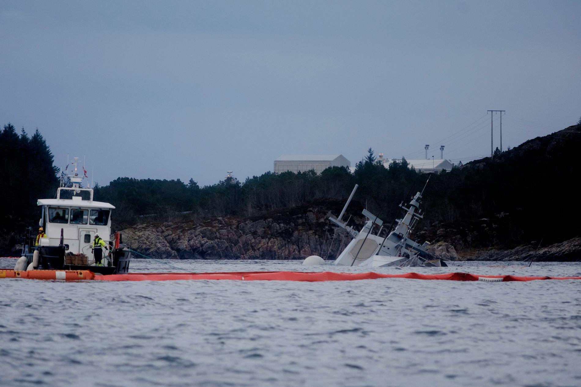 SANK DYPERE: Mandag kveld røk festene foran på KNM Helge Ingstad, og skipet forre del sank om lag en meter dypere. Det vurderes tirsdag som å ligge stabilt.