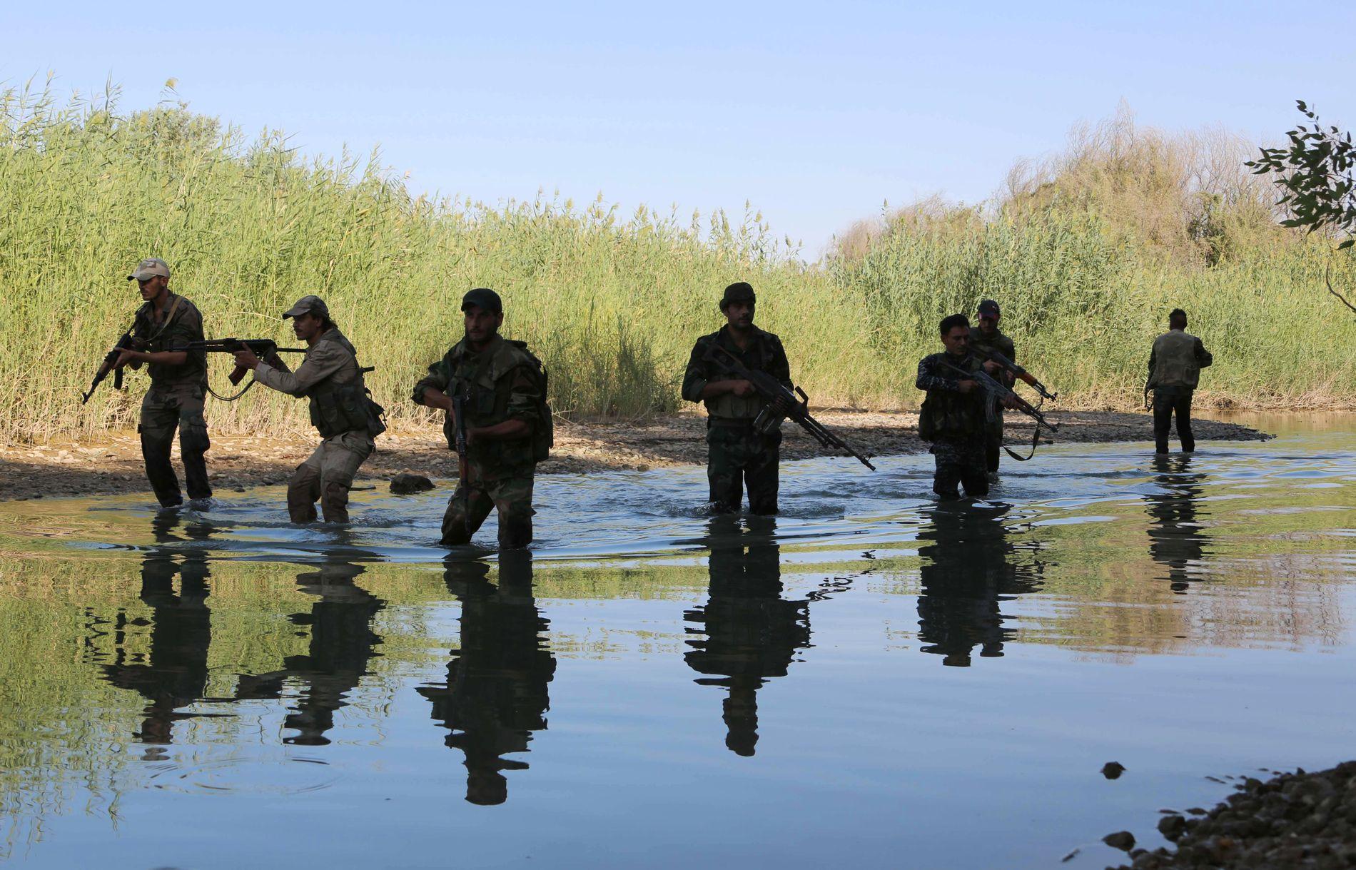 MOT IRAK-GRENSEN: Assad-vennlige styrker, med Russland i ryggen, presser videre sørover langs Eufrat-elven i kampen mot IS.