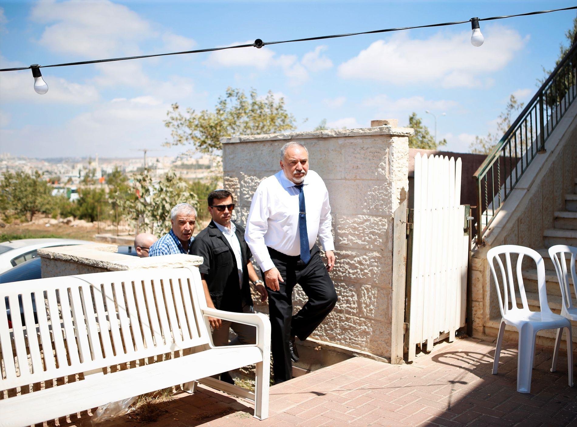 FORSVARSMINISTER: Avigdor Lieberman, Israels forsvarsminister, besøker enken Tal. Han er en forkjemper for utbyggingen av bosetninger.