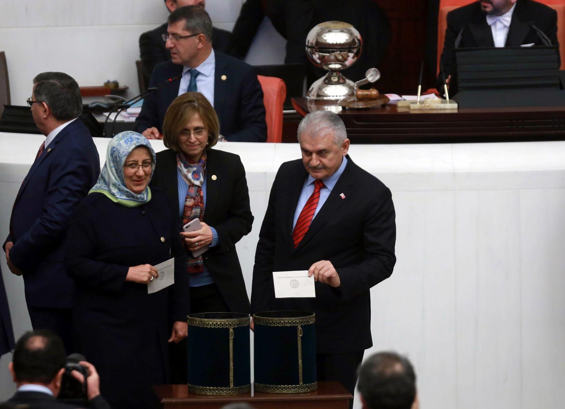 STEMTE FORAN ALLE: Statsminister Binali Yildirim mister den utøvende makten dersom grunnloven endres, men valgte like fullt å vise alle at han stemte for forslaget.