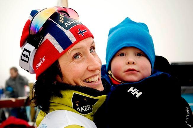 GLAD I BARN: Marit Bjørgen har et nært forhold til både samboerens sønn og sine egne tanteunger. Her gratuleres hun av tantebarnet Filip etter langrennsåpningen på Beitostølen i 2010.
