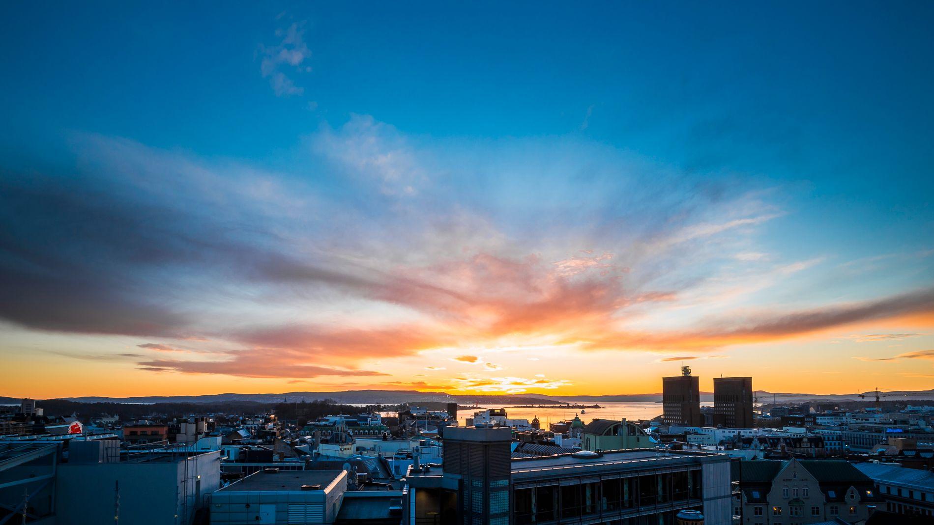 KLIMAREKORD: Bildet er av en solnedgang i hovedstaden i desember.
