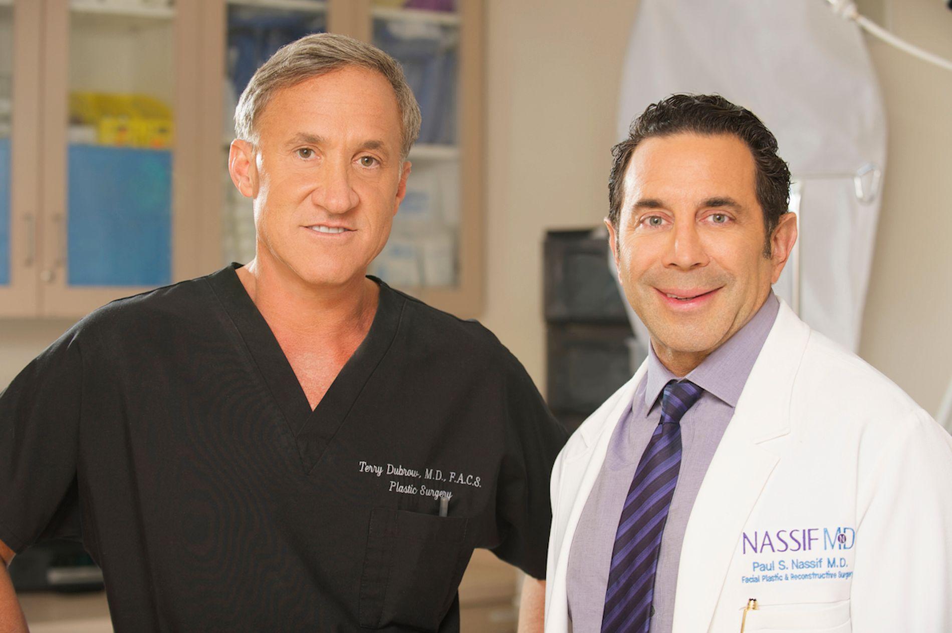 KORRIGERER: Kirurgene Terry Dubrow (t.v.) og Paul Nassif konsulterer mennesker som enten ønsker seg mer plastisk kirurgi, eller korrigering av prosedyrer som har gått feil.