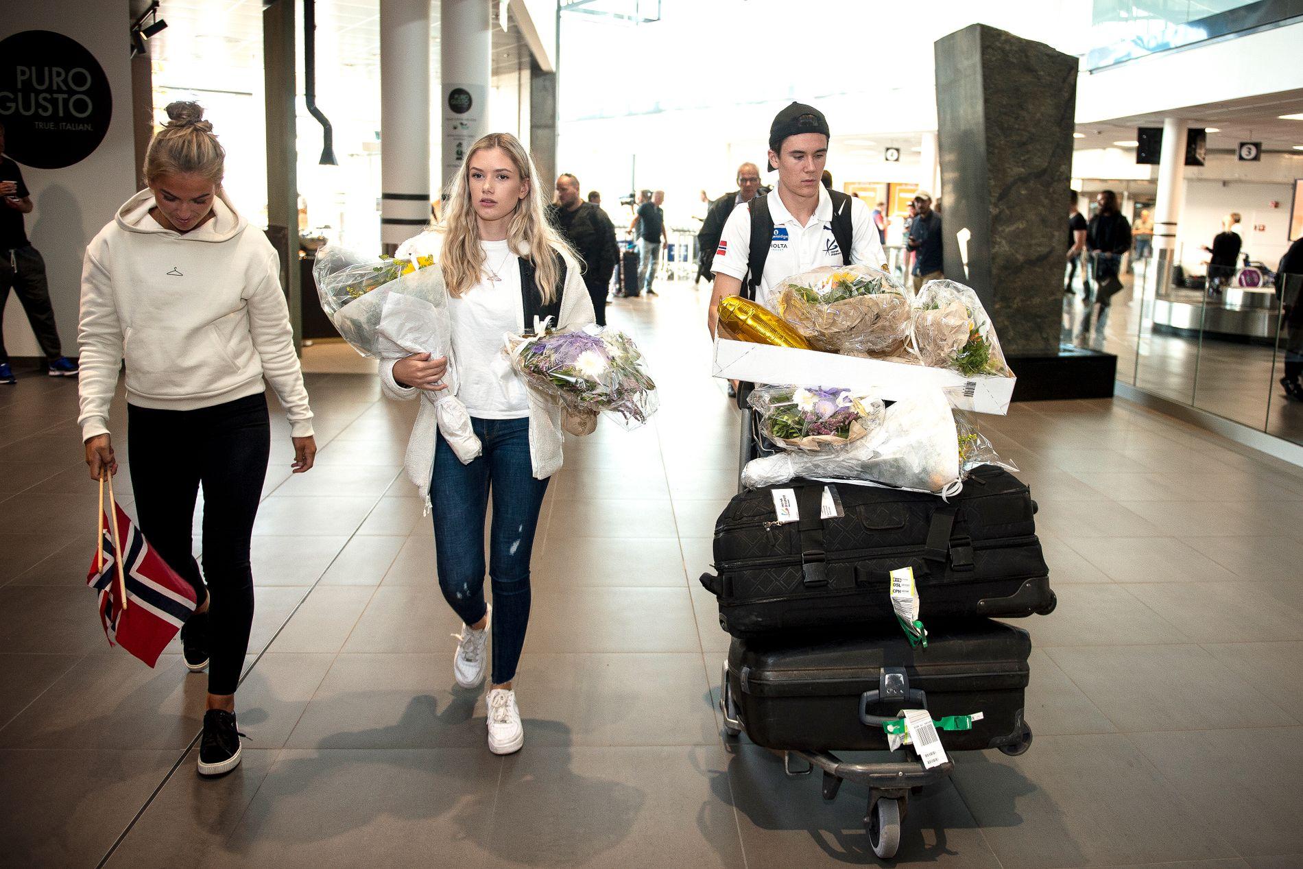TILBAKE I NORGE: Jakob Ingebrigtsen sammen med kjæresten Elisabeth Asserson etter å ha landet på Sola flyplass mandag ettermiddag.