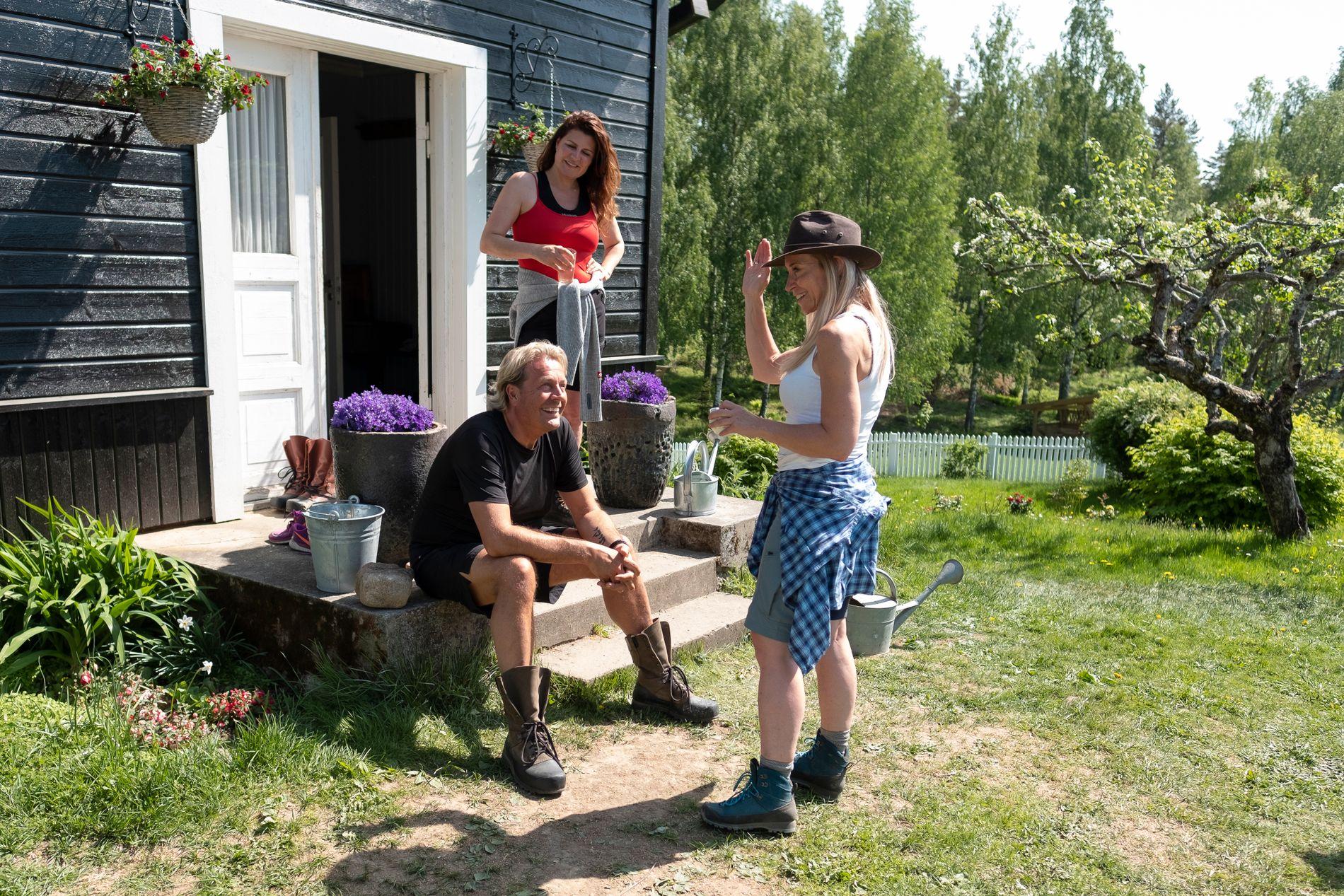 BLE STORBONDE: Trude Mostue (til høyre) ble den første storbonden i årets «Farmen kjendis». Dermed er hun sjef for blant andre Runar Søgaard og Donna Ioanna, som ikke akkurat kom veldig godt overens den første uken.