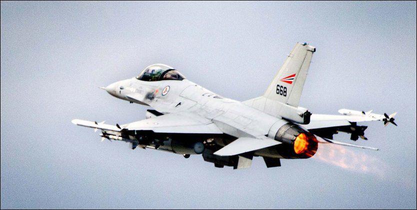 F16: Et av de norske jagerflyene som deltar i angrepene mot Libya. Foto: LARS MAGNE HOVTUN, FORSVARET