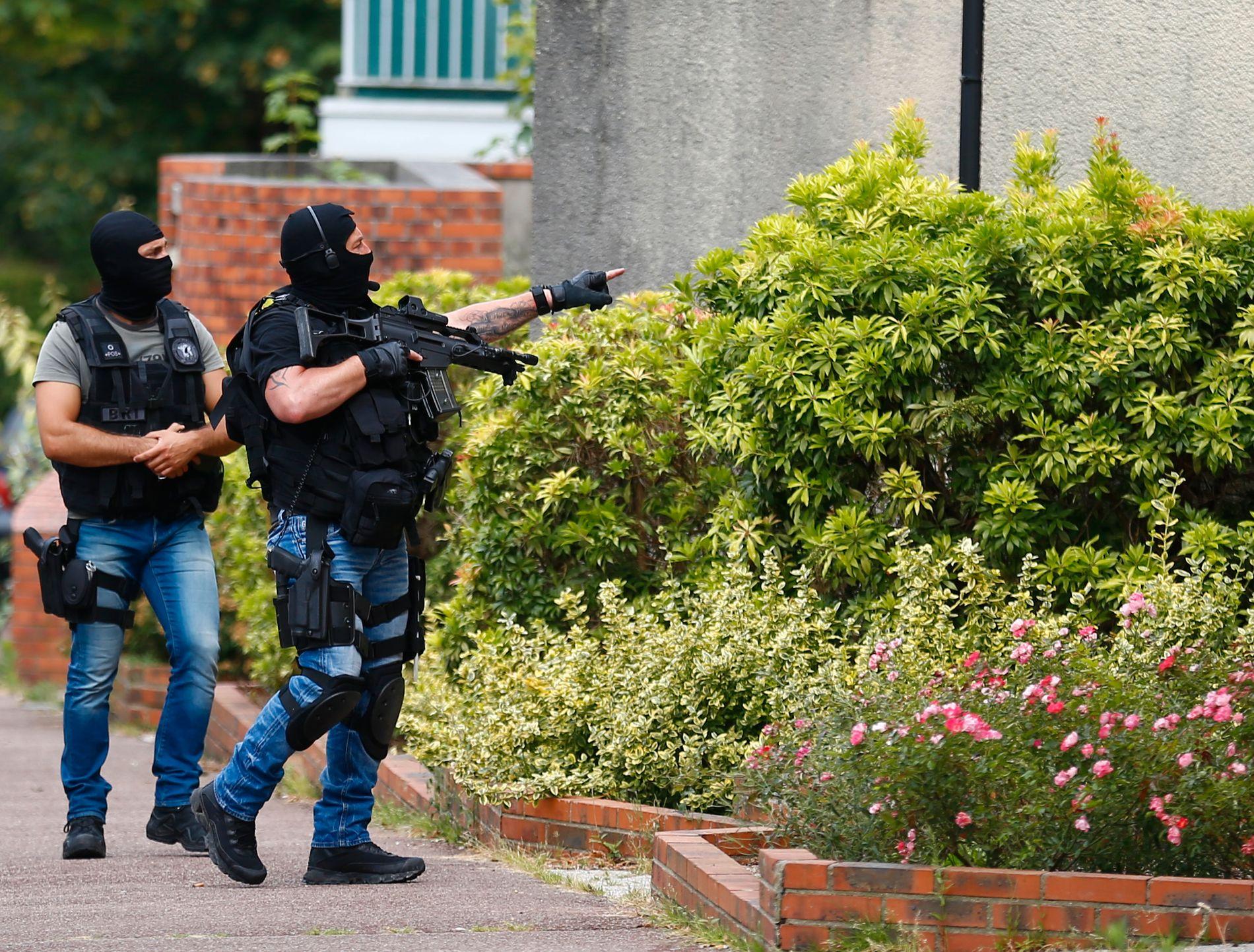TIL AKSJON: Fransk politi aksjonerer mot en leilighet etter kirkeangrepet i den franske byen Saint-Etienne-du-Rouvray.