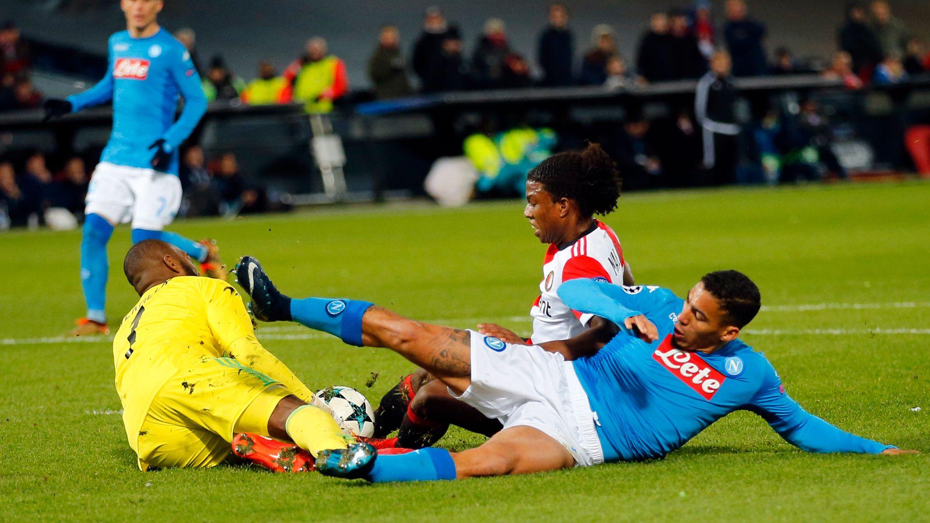 UTE AV CHAMPIONS LEAGUE: Feyenoord-keeper Kenneth Vermeer (t.v.) redder et forsøk fra Allan. Feyenoords Tyrell Malacia i bakgrunnen.