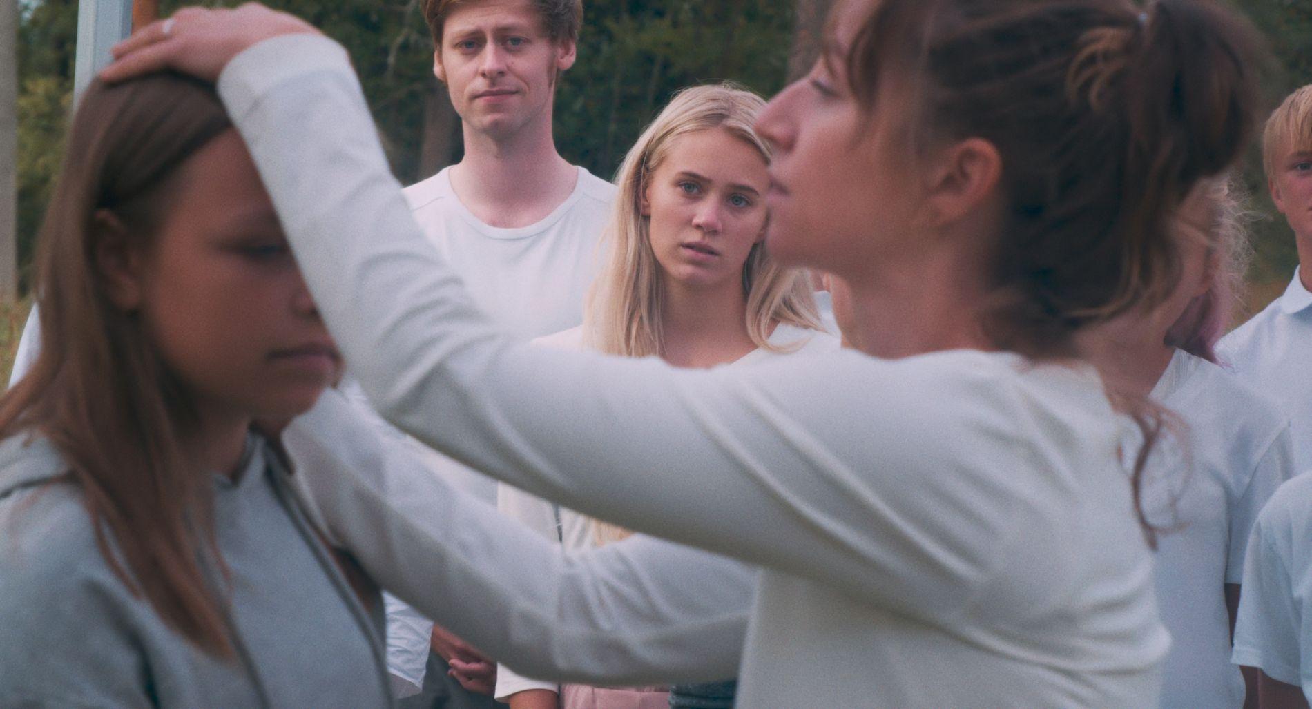SØKENDE: Josefine Frida Pettersen (i midten) og Andrea Bræin Hovig (t.h.).