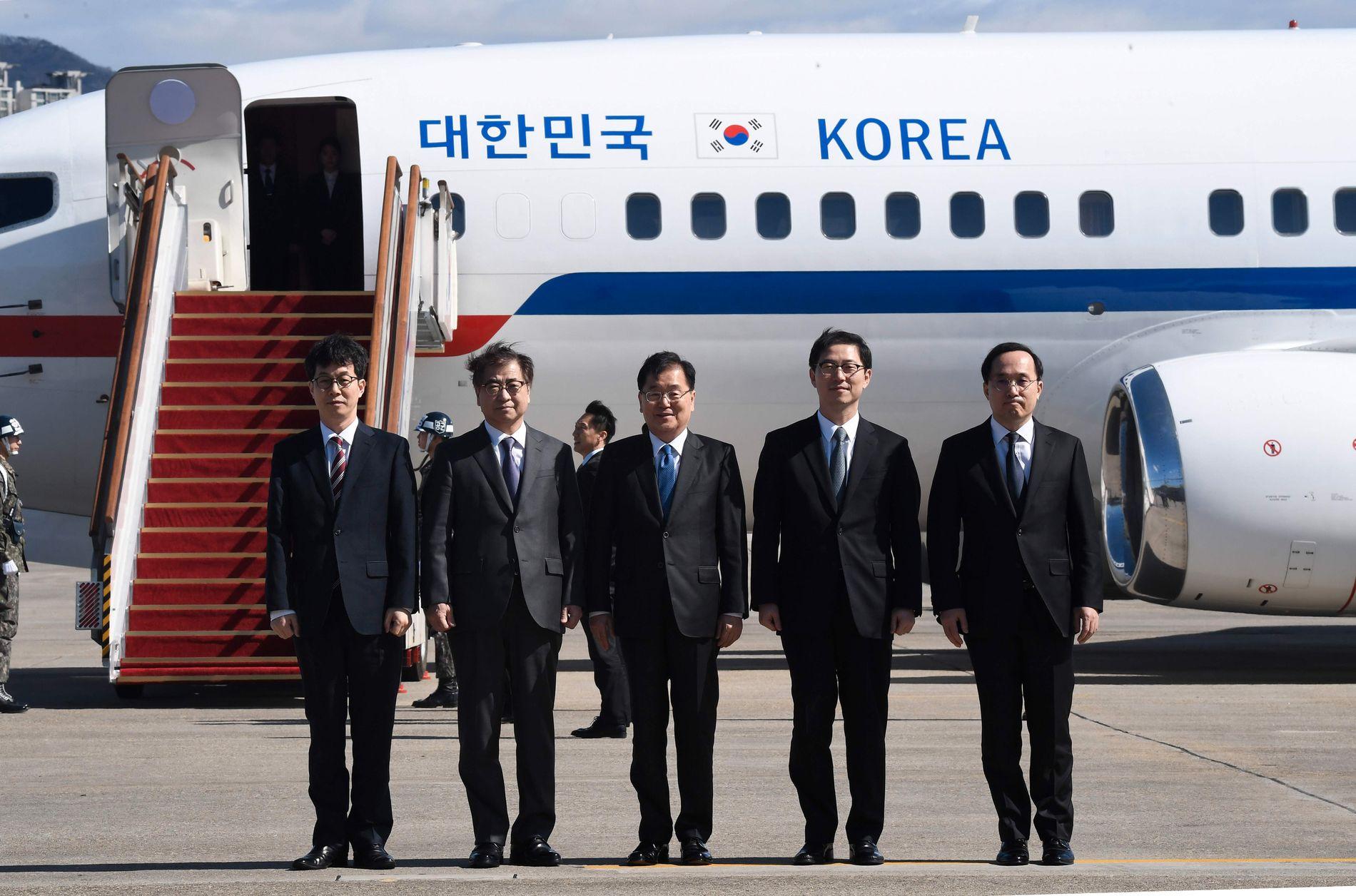 AVREISEN: Suh Hoon, nummer to fra venstre, poserer med de andre delegatene før avreisen fra Seoul til Pyongyang og møtet med Kim Jong-un i mars.