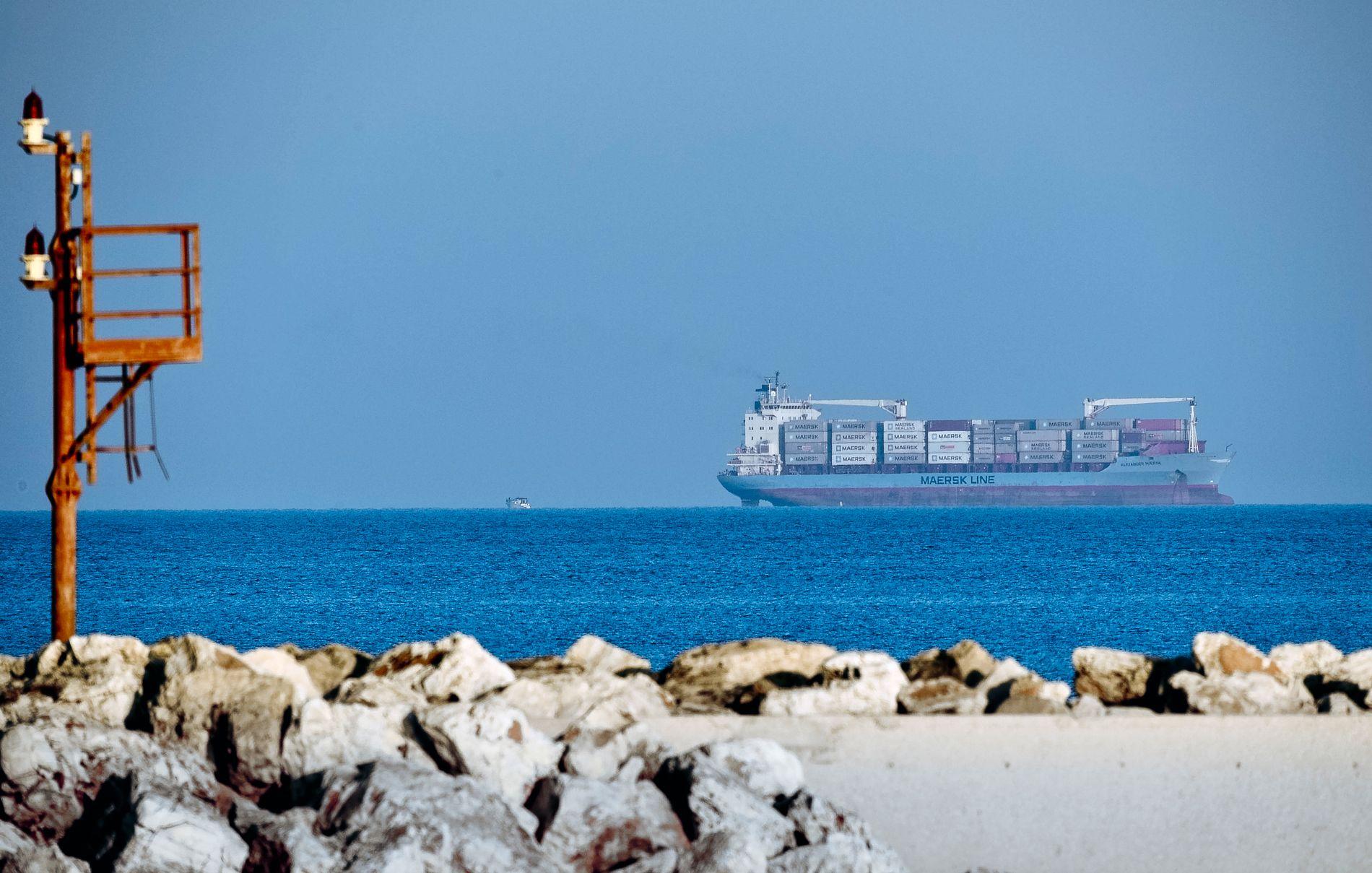 MOT LØSNING? Containerskipet Alexander Maersk utenfor havnebyen Pozzallo på Sicilia i Italia.