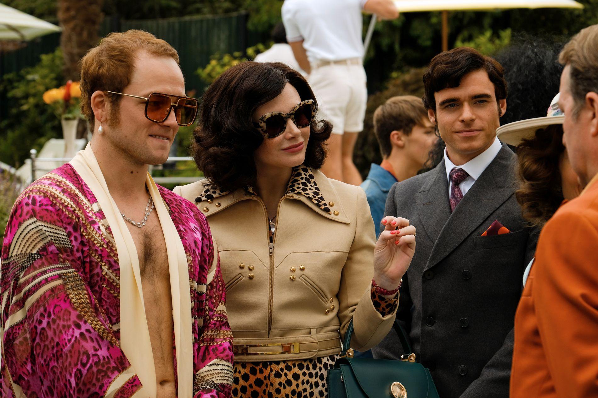 SMINKE: Taron Egerton som Elton John, Bryce Dallas Howard som moren Sheila og Richard Madden som John Reid.