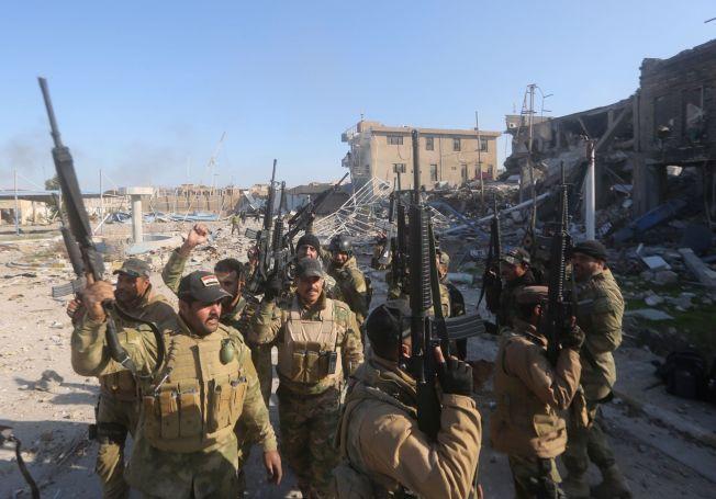 RYKKER FREM: Irakiske sikkerhetsstyrker viser frem våpnene sine i kampen om Ramadi. IS skal nå ha tapt kampen om provinshovedstaden.