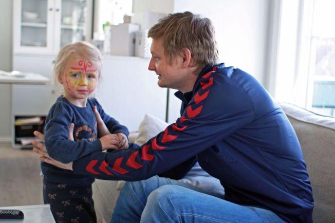 PÅ HJEMMEBANE: Erik Huseklepp sammen med datteren Emma (2) hjemme i eneboligen på Sandsli i Bergen, som Brann-profilen også deler med kona Stephanie og hennes barn Liana (10) og Maya (7) fra et tidligere forhold.