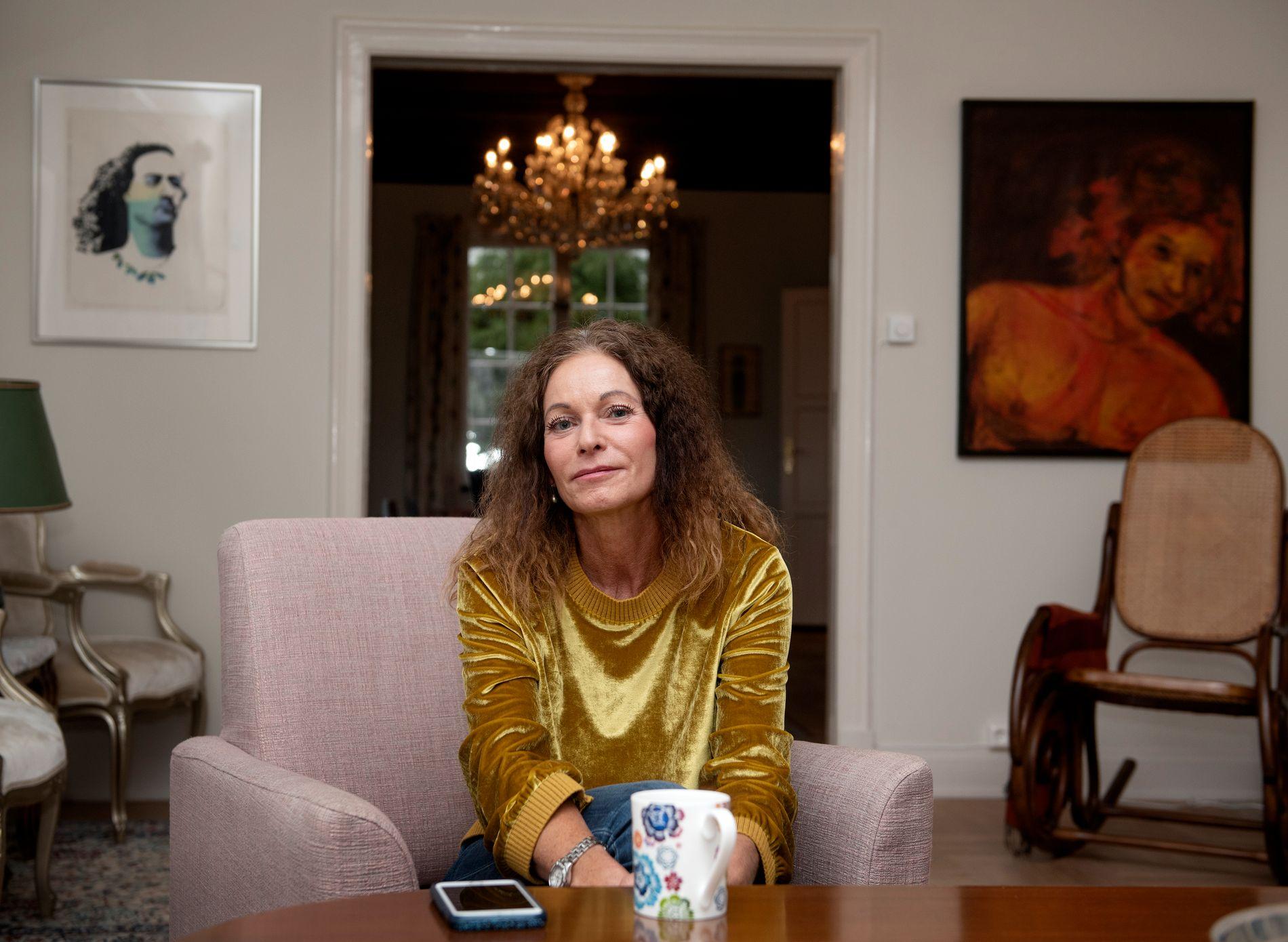 SUSPENDERT: Kari Lossius er suspendert fra jobben sin etter beskyldninger om feilrapportering av pasientinformasjon, og økonomisk tap for bedriften. Hun bestrider beskyldningene. Her fotografert i sitt eget hjem i forrige uke.