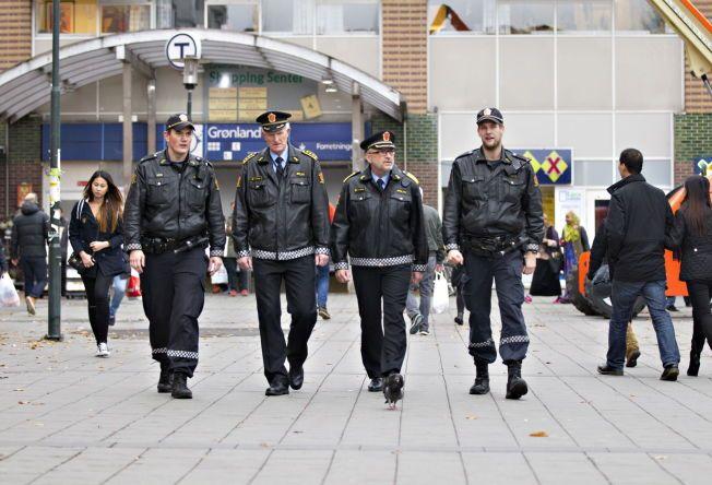 PÅ PATRULJE: Politimester Hans Sverre Sjøvold (nummer to fra høyre) og stasjonssjef Kåre Stølen på patruljetur på Grønland Torg. Ved siden av dem går politibetjentene Lars (til venstre) og William, som av hensyn til jobbenm ønsker å være anonyme.Foto: ROGER NEUMANN