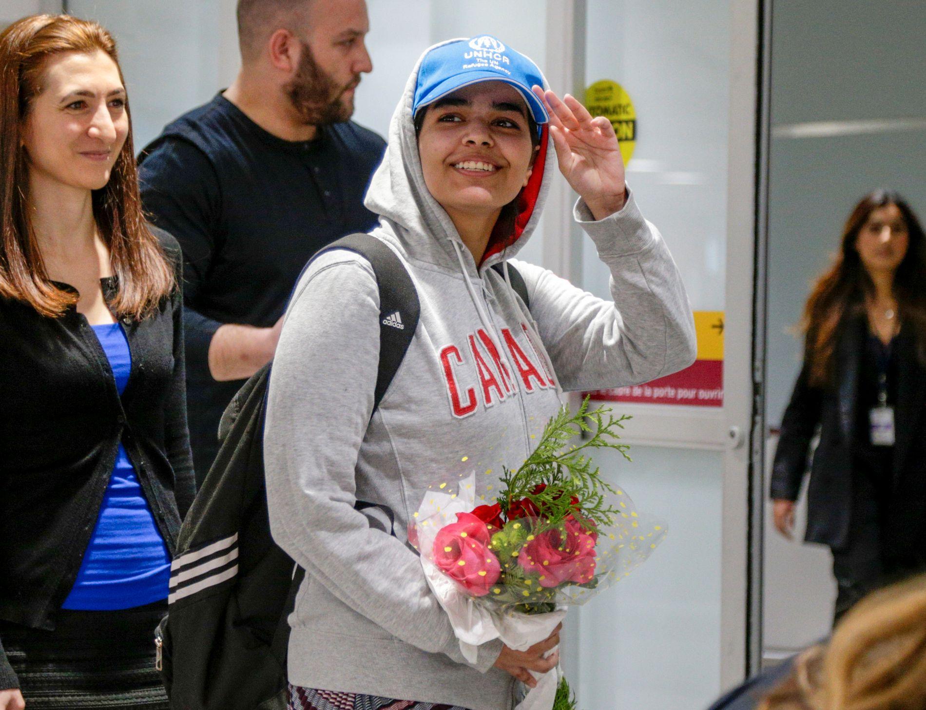 LANDET: Den saudiarabiske flyktningen Rahaf Mohamed al-Qunun tas imot av Canadas utenriksminister Chrystia Freeland (t.h) fredag.