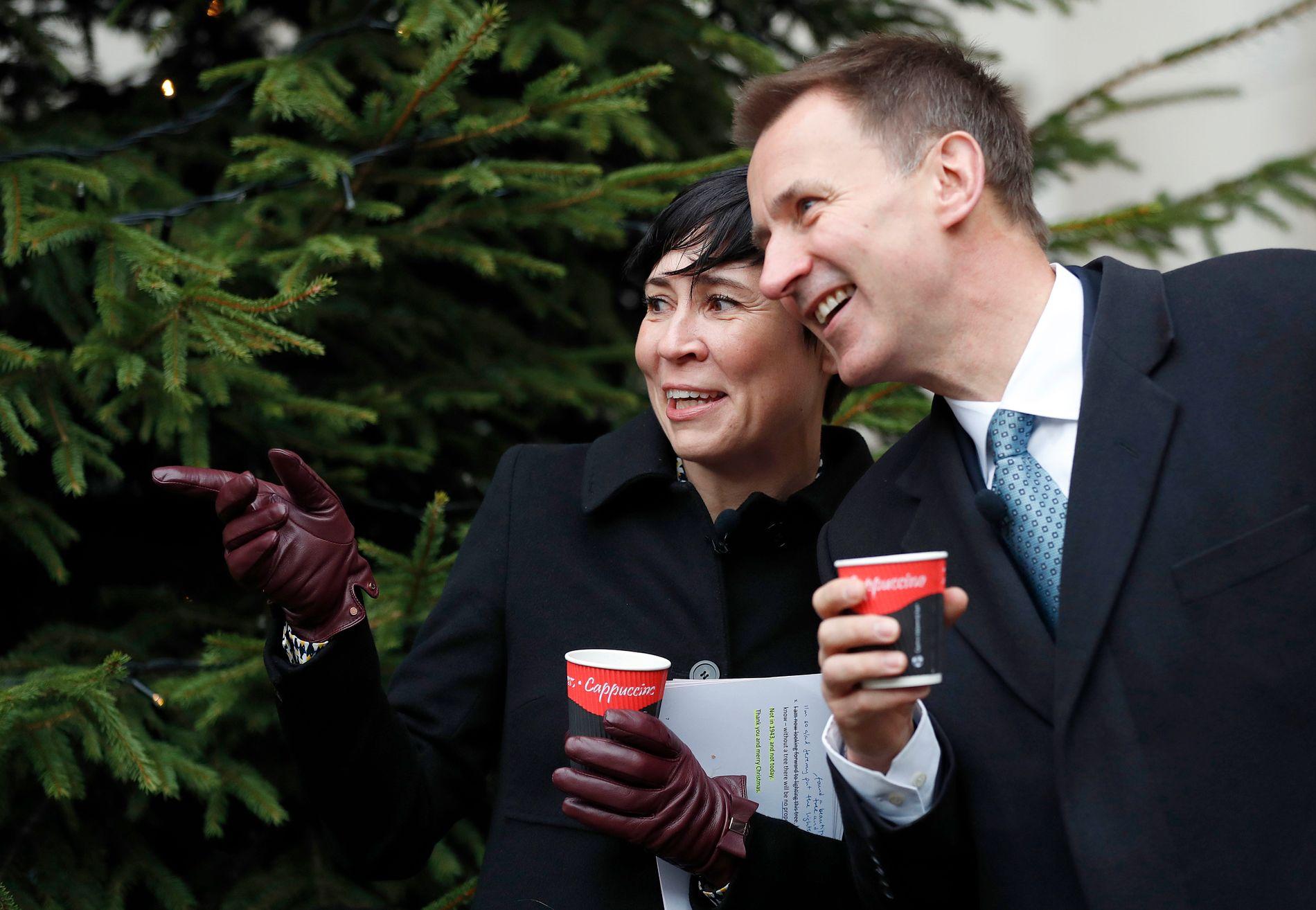 TENTE JULEGRAN: Ine Eriksen Søreide og hennes britiske kollega Jeremy Hunt delte politikk og førjulskos i London torsdag.