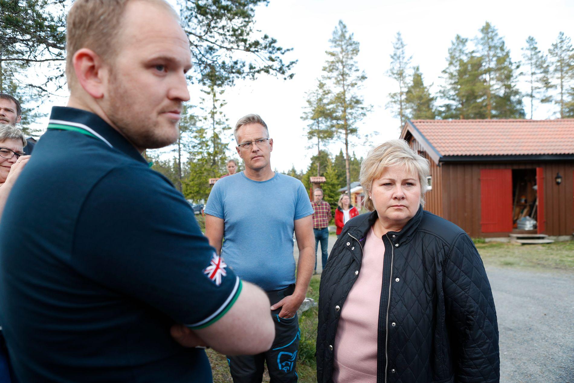 DYSTER STEMNING: Statsminister Erna Solberg og landbruksminister Jon Georg Dale i samtale med sauebøndene Lene Bilde og Arne Bilde, som har fått åtte av sine sauer drept av ulv, på Åstjern torsdag kveld.